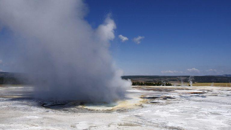 Un géiser de Yellowstone explota, toda la basura que sale disparada es decepcionante