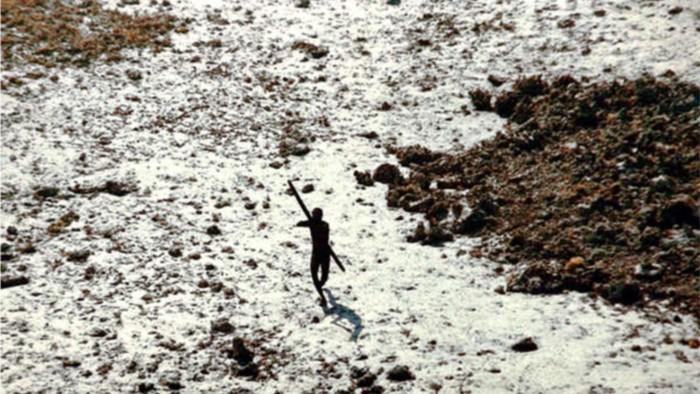 Nativo de la isla Sentinel del Norte disparando flechas a un helicóptero que llegó a examinar el territorio tras el tsunami en el océano Índico en 2004