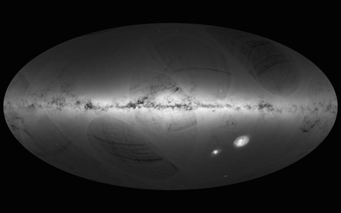 El mapa de Gaia incorpora 1.1 billones de estrellas detectadas en 14 meses. Es el mapa más detallado de nuestra galaxia que tienen los astrónomos. Las rayas y artefactos similares en la imagen se deben a cómo Gaia escanea el cielo. A medida que la nave espacial recopila más datos, estas rarezas de imagen desaparecerán