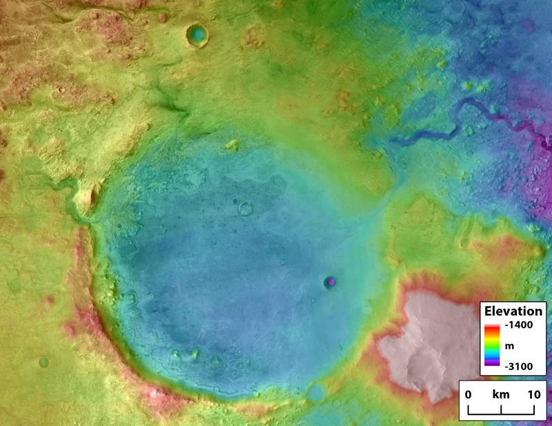 El cráter Jezero es un paleolago y un potencial sitio de aterrizaje para la misión de la NASA «Mars 2020» en busca de vidas pasadas. El cañón de salida tallado por inundación por desbordamiento es visible en el lado superior derecho del cráter. Antiguos ríos esculpieron las entradas en el lado izquierdo del cráter