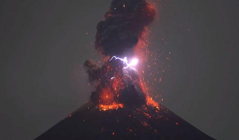 El volcán Anak Krakatau en Indonesia entra en erupción con lava y relámpagos (Vídeo)