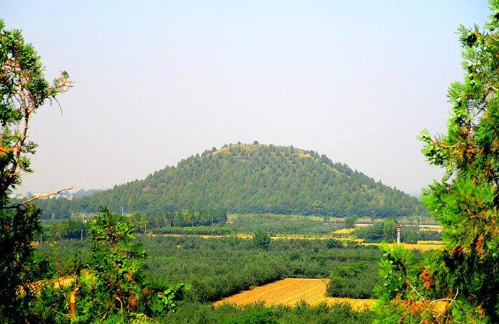 El emperador Wu de Han gobernó desde el 141 hasta el 87 a.C., y fue colocado en un túmulo de casi 250 metros de largo