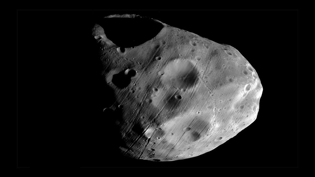 Extraños surcos tallados en una luna de Marte fueron hechos por algo rodando en su superficie