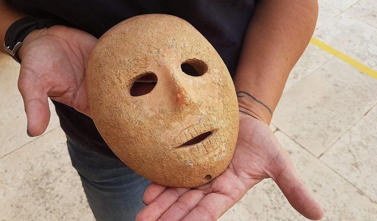 Hallan una rara máscara de piedra de 9.000 años en Cisjordania