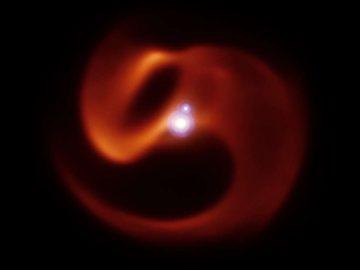 Hallan una «serpiente cósmica» orbitando un sistema de tres estrellas