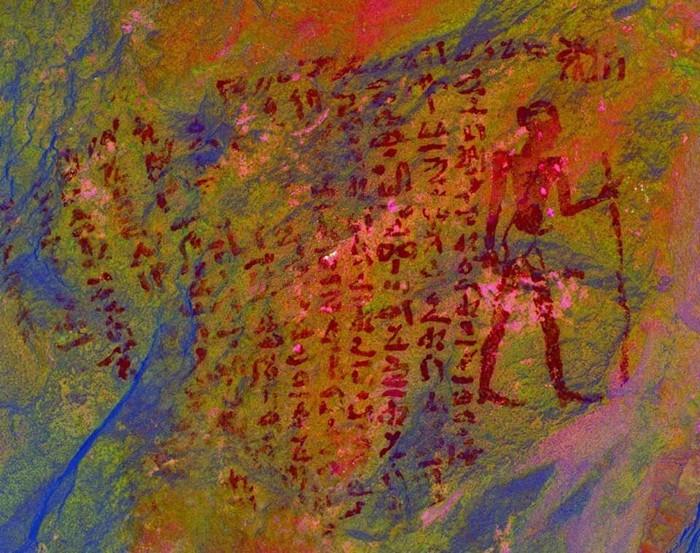 Una de las inscripciones detectadas por la misión arqueológica francesa y británica, que muestra a una persona de pie.