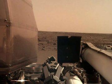 Insight abrió sus paneles solares y está recargando energías en Marte