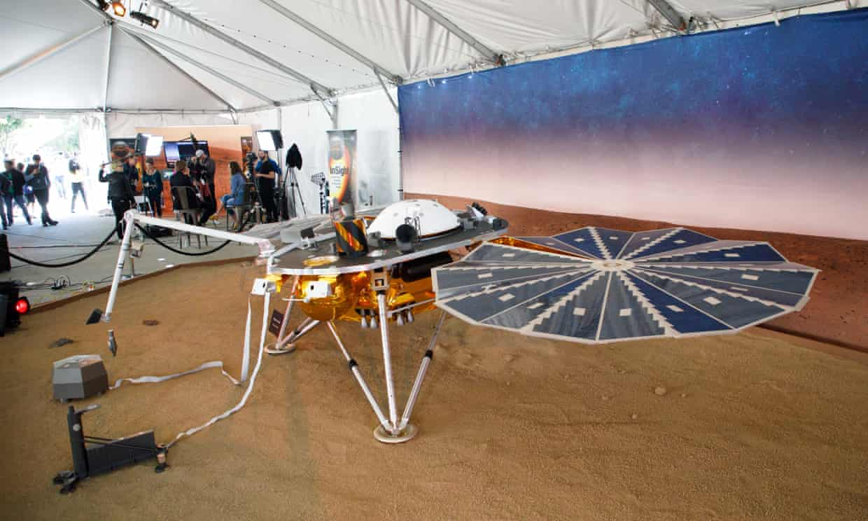 Un modelo a escala de la nave espacial InSight, en el Jet Propulsion Laboratory (JPL) de la NASA en La Canada Flintridge, California