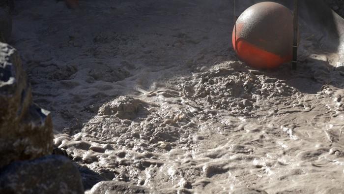 Una fosa de barro burbujeante que huele ligeramente a huevos podridos se ha movido más de 30 metros este año y ahora está amenazando a una carretera importante en el área