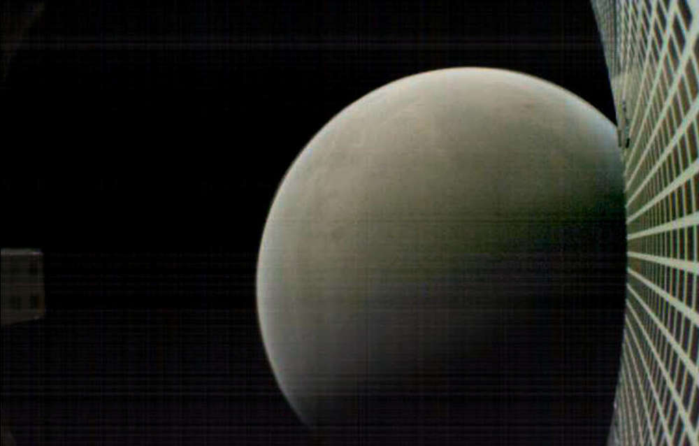 Marte visto en el espejo retrovisor de MarCO-B cuando deja atrás el Planeta Rojo