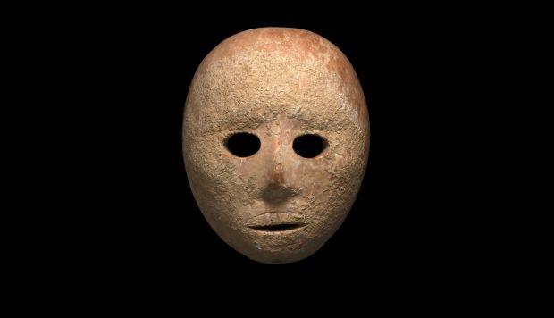 La pieza está tallada en piedra caliza amarillo rosácea y con cuatro agujeros en su perímetro, probablemente para atarla a un rostro humano