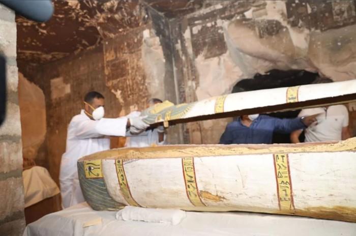 Este sarcófago también se encontró en TT33. Los jeroglíficos en el sarcófago dicen que una mujer llamada «Pouyou» o «Pouya» está enterrada en su interior