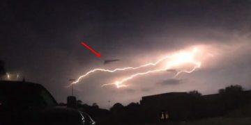 OVNI con forma triangular es golpeado por un rayo