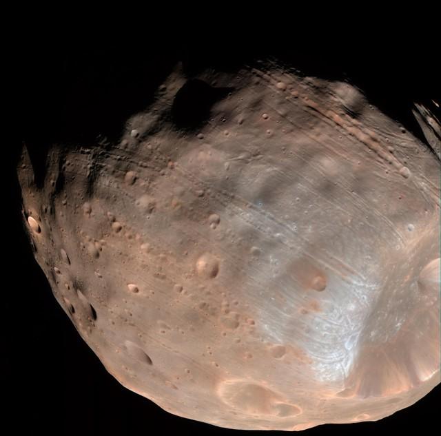 Los surcos en la superficie de Phobos son evidentes en esta fotografía