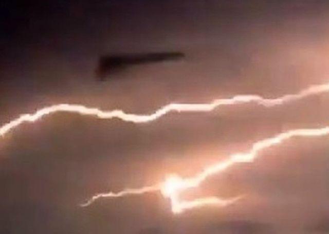 Posible nave TR-3B vista durante una tormenta