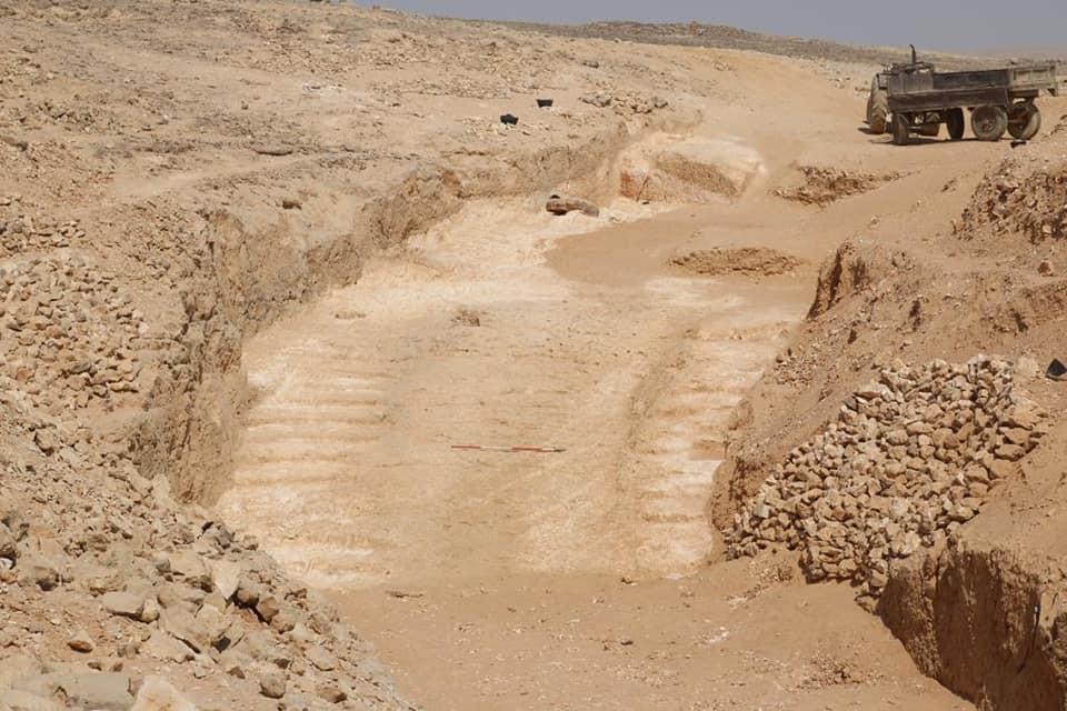 El método que utilizaron los antiguos egipcios es el siguiente: una rampa central y, en cada uno de sus lados, unas escaleras que incluían unos agujeros para colocar unos postes verticales