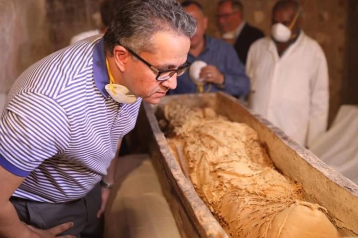 El sarcófago de Pouyou se abrió durante una conferencia de prensa el 24 de noviembre, revelando los restos de su momia