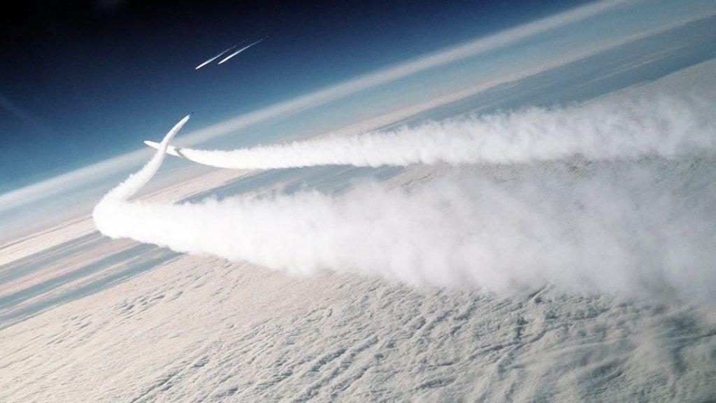 Estudio comprobó que las estelas de aviones calientan mucho más la atmósfera. ¿Chemtrails?