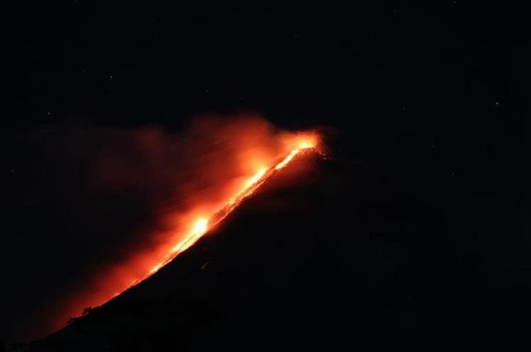 Flujos de lava descienden por las barrancas del Volcán de Fuego
