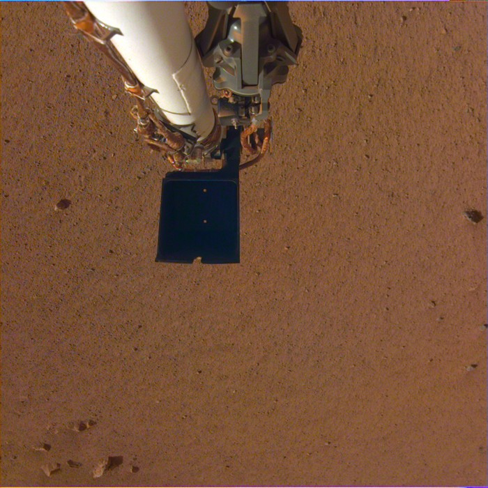 La nave espacial InSight de la NASA tomó una imagen calibrada en color de su brazo robótico utilizando su cámara el 4 de diciembre de 2018