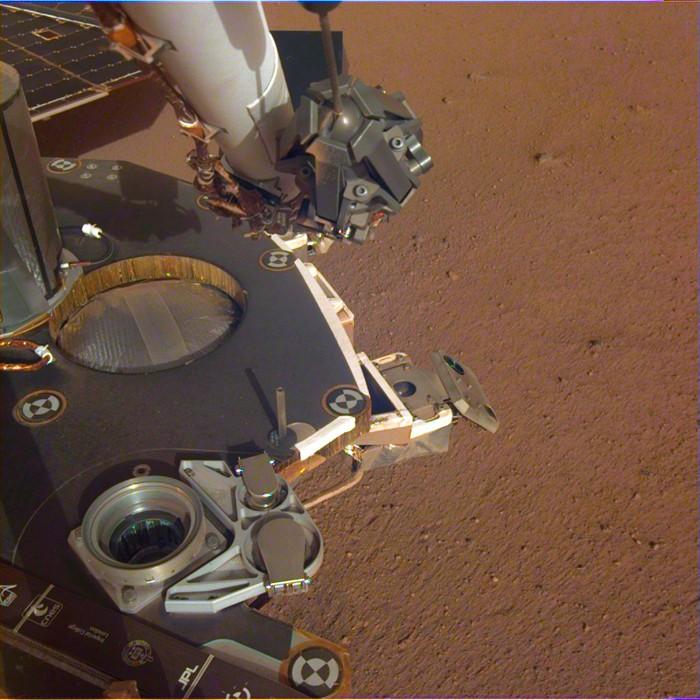 Una vista parcial de la cubierta del aterrizaje InSight de la NASA, en las llanuras marcianas Elysium Planitia. La imagen calibrada en color se recibió el 4 de diciembre de 2018