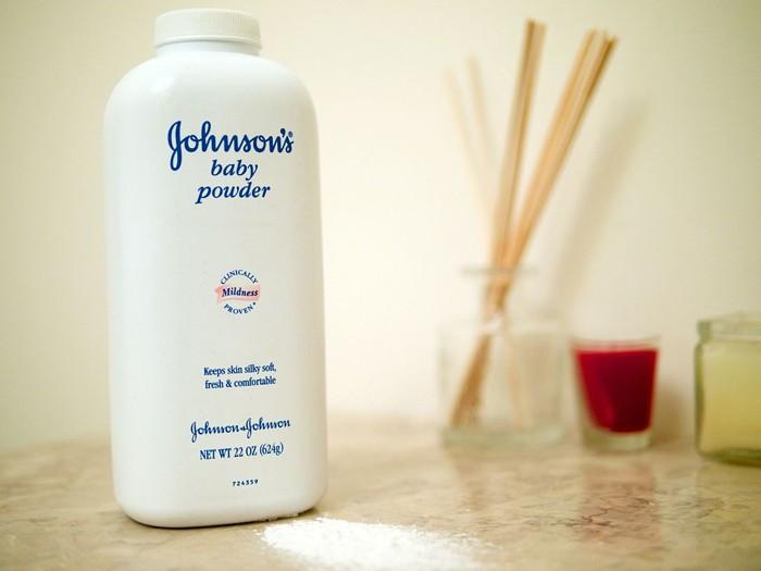 A pesar de conocer les efectos nocivos de algunas sustancias contenidas en el talco que producían, J & J ocultó la información a los reguladores y al público en general