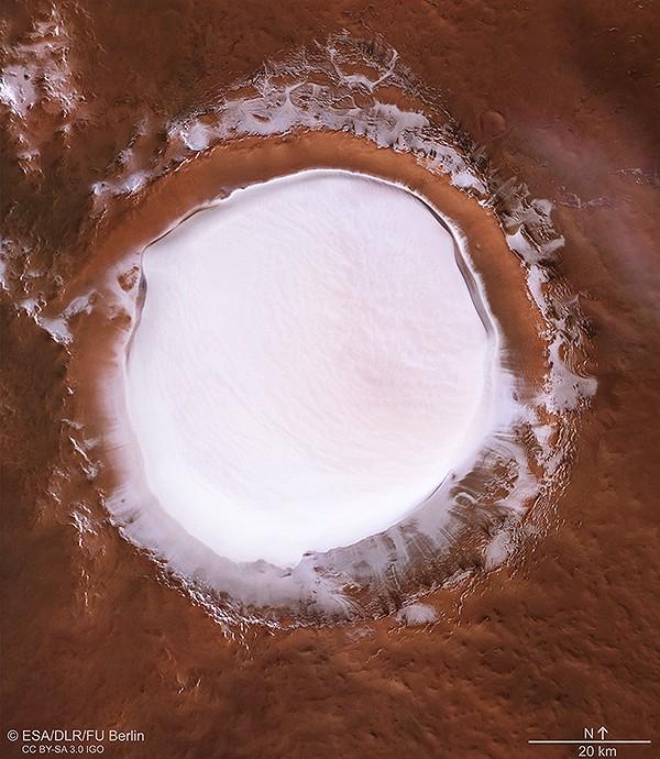 El bien conservado cráter de impacto Korolev se encuentra en las tierras bajas del norte de Marte, que rodean la capa de hielo del Polo Norte