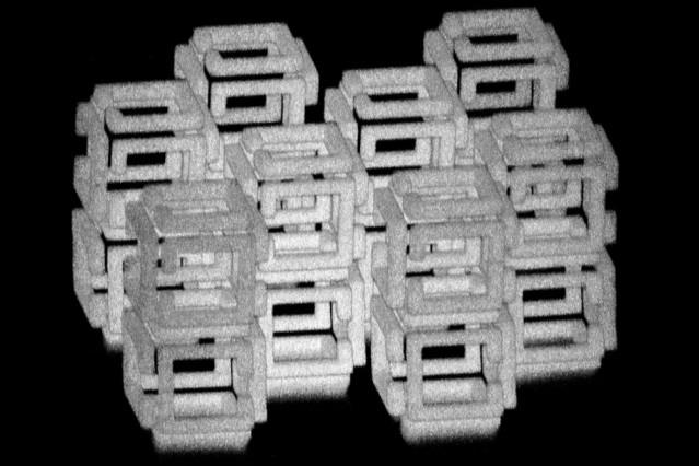 Los ingenieros de MIT han ideado una forma de crear objetos a nanoescala en 3-D al modelar una estructura más grande con un láser y luego reducirla. Esta imagen muestra una estructura compleja antes de encogerse