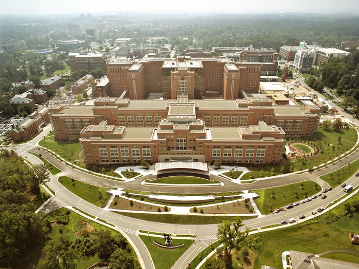 Foto aérea del NIH Mark O. Hatfield Clinical Research Center, en Bethesda, Maryland