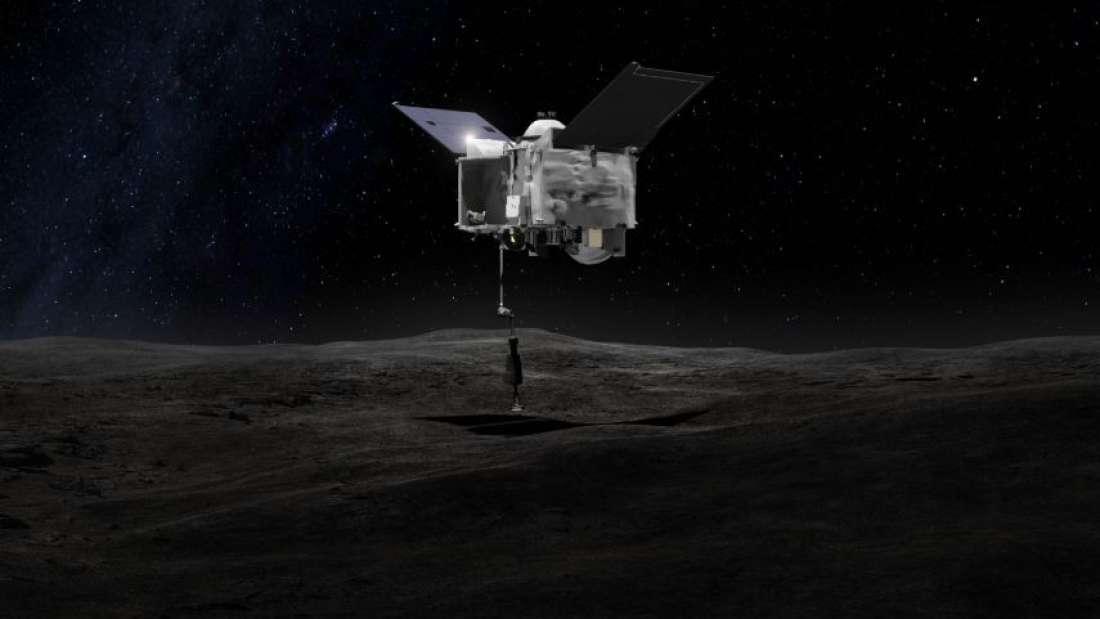 Representación artística de la nave espacial OSIRIS-REx extrayendo muestras de la superficie del asteroide Bennu