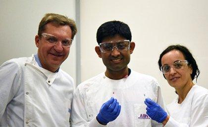 Professor Matt Trau, Dr. Abu Sina y Dra. Laura Carrascosa