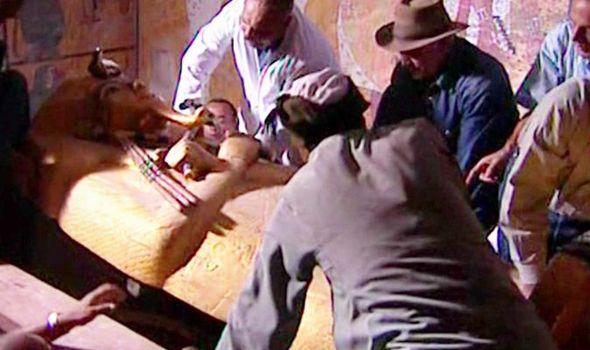 La tumba de Tutankamon siendo extraída