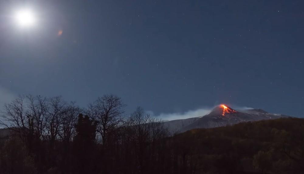 Captura de vídeo del momento en que el Monte Etna erupciona, lanzando humo y lava