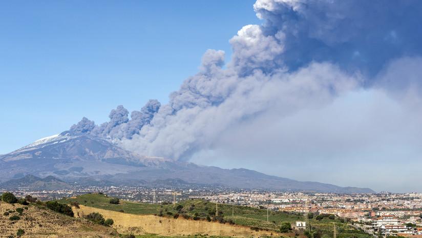 Una columna de humo se eleva del volcán Etna en Catania (Italia), el 24 de diciembre de 2018