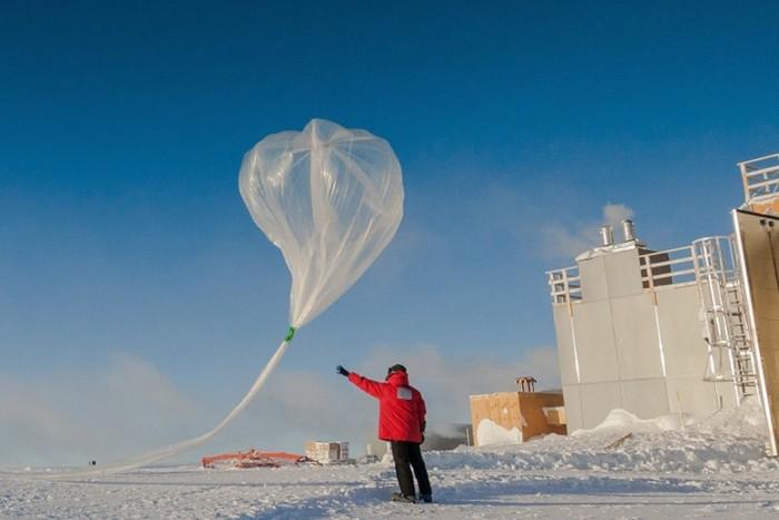 En el experimento, un globo a gran altitud volará hacia la estratósfera, a una altitud de unos 20 kilómetros , y liberará una pequeña columna de aerosol de carbonato de calcio