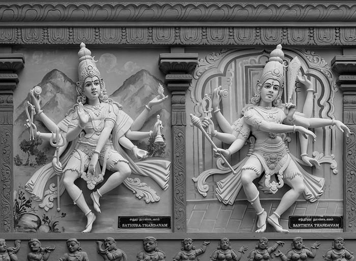 Esculturas del dios Shiva representadas con 8 brazos, bailando Sathura y Santhiya Thandavam como se ve en la fachada exterior del Templo Ganesha Sri Senpaga Vinayagar en Singapur
