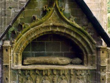 Hallan tallados en piedra ocultos por 600 años en una tumba en catedral escocesa