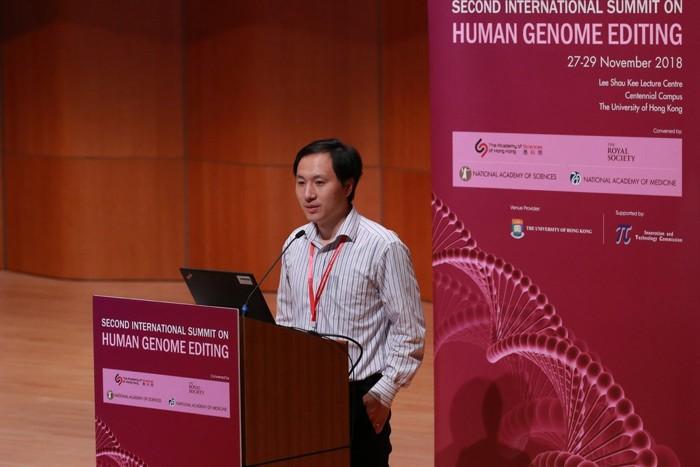 El Dr. Jiankui en una conferencia en Hong Kong en noviembre. Los científicos allí denunciaron el trabajo que afirmó haber realizado