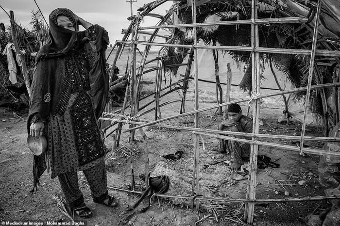 Una anciana ciega vive desesperada en un pueblo donde los árboles se han secado y el depósito de agua está en ruinas