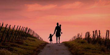 La pobreza infantil tiene un impacto duradero en el desarrollo del cerebro, establece estudio