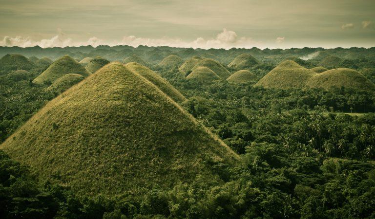 Las insólitas Colinas de Chocolate de Filipinas, ¿pirámides cónicas?