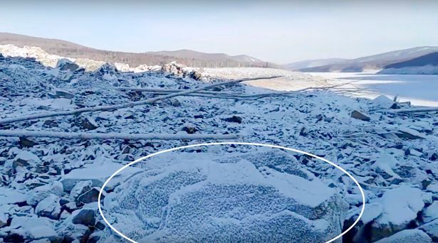 La roca que los lugareños creen podría ser el meteorito que causó la destrucción