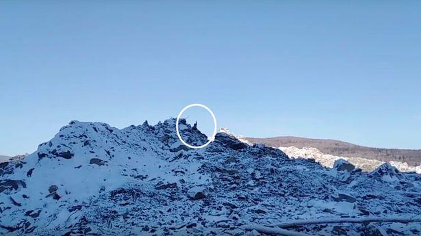Una de las primeras personas (en el círculo) que vino a explorar el sitio