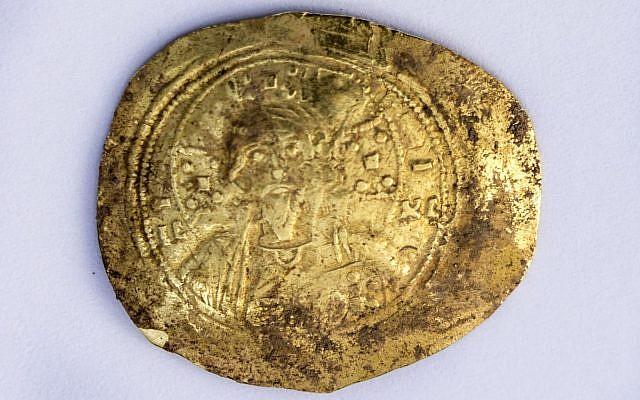 Moneda de oro «nomisma» acuñada por el emperador bizantino Romanos III (1028 - 1034 d.C.) que fue recientemente descubierta en el sitio arqueológico de Cesarea