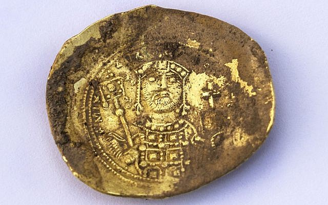 Moneda de oro de forma convexa «nomisma histamenon» acuñada por el emperador bizantino Miguel VII Doukas (1071 - 1079 d.C.) que fue recientemente descubierta en el sitio arqueológico de Cesarea Marítima