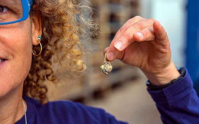Pendiente de oro recientemente desenterrado que estaba escondido en el sitio arqueológico de Caesarea Maritima