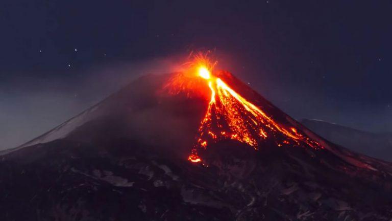 Monte Etna entra en erupción y envía lava y enormes columnas de gas al cielo nocturno