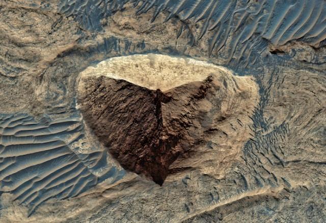 Primer plano de la misteriosa forma piramidal en Marte