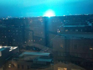 Un intenso resplandor azul convierte la noche en día en New York