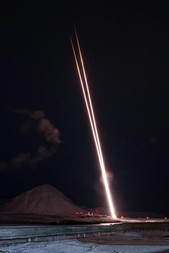 Un par de cohetes sonoros fueron apuntados a una aurora sobre Svalbard, Noruega, para ayudar a los científicos a comprender cómo la atmósfera de la Tierra pierde oxígeno en el espacio